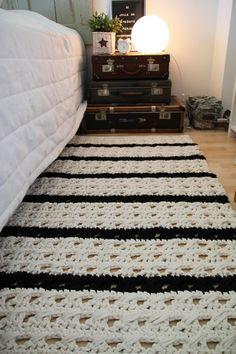 tapete de barbante croche no quarto ambiente decorado lista preta e branca