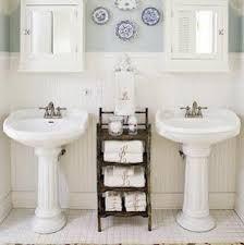 Due lavabi, piatti per decorare, qualche mobile vecchio, è il gioco è fatto!