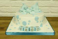 Tarta decorada con lunares azules para el bautizo de Yago
