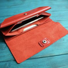 For red colour lovers we have this wonderful wallet :)