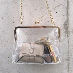 Stylish Transparent Bag for Women 👜 My Bags, Purses And Bags, Fashion Bags, Fashion Shoes, Inside My Bag, Jewelry Accessories, Fashion Accessories, Transparent Bag, What In My Bag