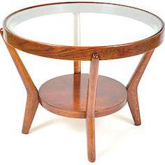 Konferenční stolek Kropáček (7600 Kč) s masivní dýhovanou kostrou a skleněnou deskou. Návrh od Karla Koželky a Antonína Kropáčka, kteří za sedací soupravu, ke které patřil i stolek, získali v roce 1946 stříbrnou medaili na Trienále v Miláně.