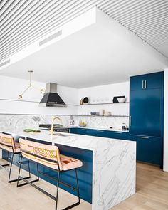 Loving the blues and marble in this #modernkitchen designed by @slicdesign and built by @foursquarebuilders @mendservices @treehousehq. 💙…