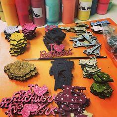 Você sabia? Os botões artísticos para patchwork da Duna são pintados a mão 1 por 1 ainda hoje!  Madeira tecido e tinta... Você pode encontrá-los aqui: http://ift.tt/1PBI6JU Beijo --Tânia #patchwork #pintura #feitoamao