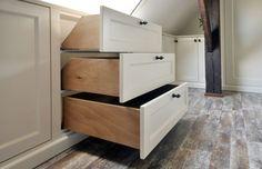 Prachtige kastenwand in landelijke stijl! Laden zijn gemaakt in dakschuinte zodat alle ruimte benut word!  Kastenwand in gemaakt door Petersen speciaal kasten uit Epe.