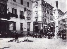 Aspecto que presentaba la calle Mayor de Madrid minutos después del atentado perpetrado por el anarquista Mateo Morral contra Alfonso XIII.31 mayo 1906.La cruz señala el lugar desde donde se lanzó el ramo de flores con la bomba.