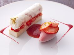 Look at that quenelle Strawberry Desserts, Mini Desserts, Plated Desserts, Chocolate Desserts, Delicious Desserts, Yummy Food, Easy Desserts, Dessert Mousse, My Dessert