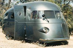 1937 Hunt housecar, un des premiers camping car uniques construits par le photographie Roy Hunt entre 1935 et 1945 à Hollywood Considérée comme la première maison mobile avec une douche de travail. 1937 Housecar a été restauré par David Woodworth de Tehachapi, en Californie et est la pièce maîtresse de la nouvelle RV / MH Heritage Museum à Elkhart, Indiana. - Atomic Samba