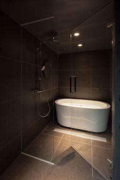 Shibuya Apartment 202 - Hiroyuki Ogawa Architects - Japan - Bathroom - Humble Homes Zen Bathroom, Bathroom Layout, Small Bathroom, Japan Bathroom, Master Bathroom, Bathroom Tubs, Bathroom Canvas, Bathroom Modern, Budget Bathroom