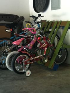 Pallet recycle, bike rack. Pallet Bike Racks, Diy Bike Rack, Bicycle Rack, Home Organisation, Organization, Pallet Projects, Diy Projects, General Crafts, Wooden Pallets