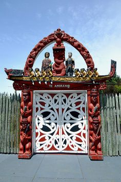 Maori gate in Christchurch, South Island - Nez Zealand Tonga, Maori Patterns, Geometric Patterns, Polynesian People, Long White Cloud, Maori Designs, New Zealand South Island, Cool Doors, Maori Art