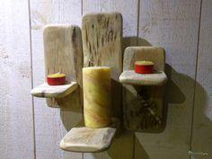 Porte bougie mural triple en bois de récupération style vintage livré avec bougie naturelle au miel et deux photophores.  Bois : Bois de palette de récupération. Une cordelette est installée à l'arrière pour une pose murale facile sur un clou, vis ou piton  Bougie : Cire d'abeille pure 100% naturelle Mèche 100% coton sans traitement Saine pour l'intérieur de votre maison  Dimensions : Hauteur : 29 cm Largeur : 28 cm Profondeur : 17 cm  Bougie : Hauteur : 125 mm Diamètre : 60 mm
