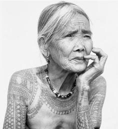 Spectaculaire et passionnante exposition Tatoueurs et tatoués, au musée du Quai Branly - Apo Whang Od, dernière femme à tatouer selon la tradition Kalinga aux Philippines.