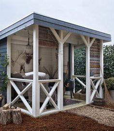 Niedliche Holzveranda für einen kleinen Garten. Noch mehr Ideen gibt es auf www.Spaaz.de!
