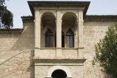 Casa del Petrarca. Arquá Petrarca-Padova. La casa di Francesco Petrarca interpreta la nuova visione della vita in campagna di cui il poeta si fece portavoce, occupando un posto di primo piano nella storia delle origini della villa veneta....>