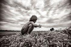 Izabela Urbaniak é uma fotógrafa polonesa que resolveu registrar as férias de verão de seus dois filhos em uma pequena aldeia na Polônia conhecida como Lutowiska.