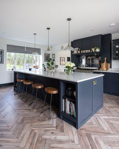 Large Open Plan Kitchens, Open Plan Kitchen Diner, Large Kitchen Island, Kitchen Layout, Kitchen Islands, Small Kitchens, Kitchen Peninsula, Large Kitchens With Islands, Painted Kitchen Island