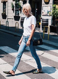 Look com jeans, t-shirt branca e mule.