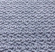 """Pileflet mønster – Wattle stitch Pilefletningmønster ( På engelsk wattle stitch) er et rigtig lækkert og enkelt mønster, det minder en del om det populære mønster grums som rigtig mange bruger til karklude mm. Mønsteret er deleligt med 3, og hæklet med fastmasker og stangmasker. Mønster guide: Start med at slå dine luftmasker op. De skal være delelige med 3. 2. De første masker hækles i 3.lm fra nålen 3. Hækl """"1fm, 1lm, og 1 stgm"""" i 3.lm fra nålen 4. Spring 2 masker over 5. Hækl """"1fm, 1lm…"""