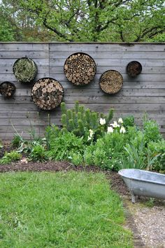 - Coeur cannelle If you are planning your terrace and are looking for a modern garden design, some inspirations could be quite useful. And then this article probably comes at the right pl Farm Gardens, Outdoor Gardens, Garden Projects, Garden Tools, Insect Hotel, Garden Wall Art, Recycled Garden, Garden Cottage, Garden Planters