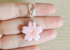 Kawaii cupcake a forma di fiore di ciliegio o sakura, ciondolo per borsa o chiavi, in pasta polimerica di LittleWitchHandmade su Etsy https://www.etsy.com/it/listing/235020420/kawaii-cupcake-a-forma-di-fiore-di