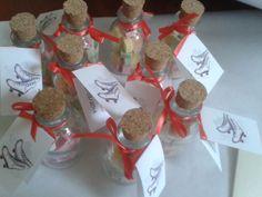 Invitaciones y souvenirs motivo patinaje en colores crema y coral. Souvenirs frascos con relleno de yapas detalles delicados acorde con la invitación.
