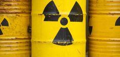 Gelbe Tonnen mit dem Warnzeichen für Radioaktivität