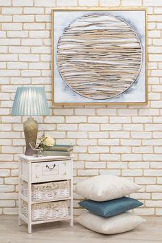 Confortul de acasă se definește prin obiectele decorative pe care le alegi, prin culoarea și textura acestora. #veioza #veioza decorativa #tablou decorativ #dulapior #perne decorative #living