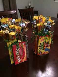 Easter basket ideas made out of candy boxes - Easter Crafts Easter Snacks, Easter Candy, Hoppy Easter, Easter Food, Boys Easter Basket, Candy Crafts, Diy Crafts, Easter Gift Baskets, Easter Crafts