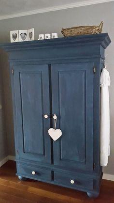repeindre-un-meuble-en-bois-exemple-armoire-vintage-bleu-marine-style-vintage-rustique-parquet-en-bois-mur-couleur-grise. Home Furnishings, Painted Furniture, Purchase Furniture, Home Furniture, Deco, Furniture Makeover, Armoire, Shabby Chic Furniture, Furnishings