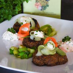 """Linsen Tätschli mit selbstgemachtem Kräuter-Bärlauch Quark zum dippen und Gemüse als Beilage. Schnell zubereitet und sehr gesund - mit Vitamin B12. Weitere Rezepte zu den Produkten sind unter dem verknüpften Link zu finden.   Lentils """"Tätschli"""" with homemade  curd with wild garlic and other herbs. Served with fresh vegetables. Prepared fast and is really healthy - with vitamin B12. More recipes can be found on the linked website. Fast Food, Vitamin B12, Vegan, Lentils, Grains, Rice, Tasty, Beef, Lenses"""