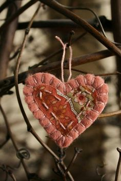 little sweetheart felt heart brooch/ felt ornament holiday decoration Valentines Day Hearts, Valentine Day Crafts, Valentine Heart, Vintage Valentines, Little Presents, Felted Wool Crafts, Fabric Hearts, Heart Crafts, Heart Ornament