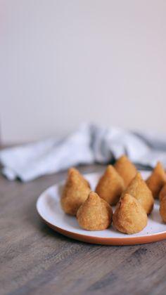 Coxinha de Galinha é o salgadinho mais queridinho do Brasil! Crocante, com bastante recheio e bem molhadinha. Quem não ama?