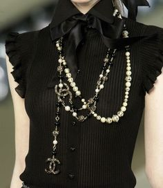 Man, I love Chanel! Gorgeous little ribbed silk knit is spectacular - you really have to look closely to see all the great detail. From Chanel Look Fashion, Fashion Details, High Fashion, Womens Fashion, Fashion Trends, Mode Chanel, Chanel Chanel, Chanel Pearls, Chanel Runway