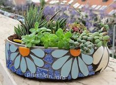 Mosaic pot made of old baking pan. Inspired by Solange Piffer's mosaics.