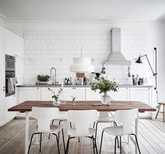 Get inspiration for your White Kitchen Design - Scandinavian Kitchen interior, Classic Kitchen and other Kitchen styles with photos. Scandinavian Kitchen, Kitchen Style, Scandinavian Kitchen Design, Dining Room Design, White Kitchen Design, Kitchen Remodel, Home Kitchens, Minimalist Kitchen, Trendy Dining Room