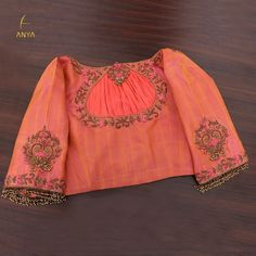 A conventional design paired with elegant embroidery in creeper patterns makes this pleasingly toned blouse a must-have. Blouse Designs Catalogue, Fancy Blouse Designs, Bridal Blouse Designs, Saree Blouse Designs, Stylish Blouse Design, Designer Blouse Patterns, Blouse Neck, Sexy Blouse, Work Blouse