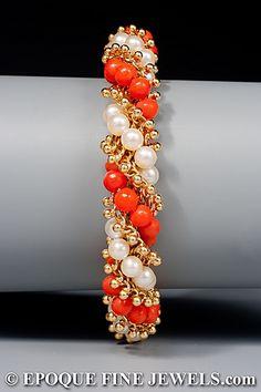 VAN CLEEF & ARPELS  Un joven de 18 quilates de oro, perlas y pulsera de coral torsade,  compuesta de hilos trenzados de cuentas de oro y coral y perlas cultivadas.  París, alrededor de 1962.