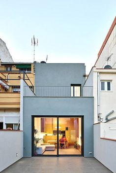 Remodelling and enlarging between dividing walls in the centre of Terrassa, Barcelona Facade Design, Architecture Design, House Design, Narrow House, Small Room Bedroom, Interior Design Living Room, Palace, Building A House, New Homes