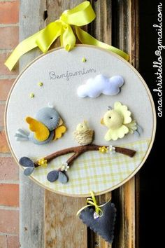 *FELT ART ~ Rack - maternity door - little birds Baby Crafts, Felt Crafts, Diy And Crafts, Crafts For Kids, Felt Kids, Felt Baby, Felt Wreath, Baby Mobile, Felt Decorations