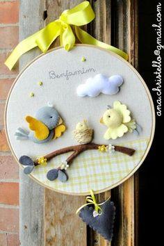 *FELT ART ~ Rack - maternity door - little birds Baby Crafts, Felt Crafts, Diy And Crafts, Crafts For Kids, Felt Kids, Felt Baby, Felt Wreath, Baby Mobile, Felt Decorations
