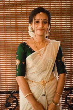 Kerala Saree with Green blouse Kerala Saree Blouse Designs, Half Saree Designs, New Blouse Designs, Set Saree Kerala, Kerala Wedding Saree, Wedding Sarees, Kerala Traditional Saree, Plain Chiffon Saree, Saree Look