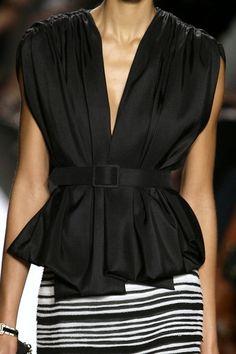 blusa negra con cinturon