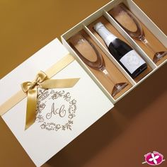 Lembrancinha para padrinhos de casamento. www.rosapittanga.com.br Wedding Favors And Gifts, Bff Gifts, Wine Gifts, Wedding Favors For Principal Sponsors, Wine Bottle Gift, Wine Display, Wine Gift Baskets, Corporate Gifts, Wedding Invitations