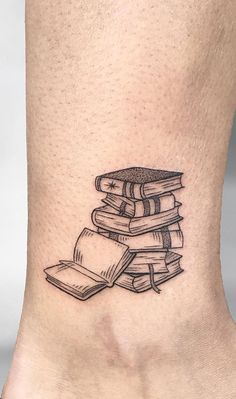 Awe-inspiring Book Tattoos for Literature Lovers - beautiful book tattoo designs © tattoo artist ISA ART TATTOO ❤📚❤📚❤📚❤ You are in th - Tattoo Life, Form Tattoo, Shape Tattoo, Get A Tattoo, Tattoo Pain, Tattoos Masculinas, Small Tattoos, Sleeve Tattoos, Ankle Tattoos