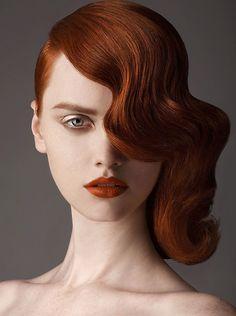 Eingelegte Wasserwelle. Haare stark befeuchten und zwischen Fingern mit dem Haar und einem Kamm eine Welle bilden und anschließend gut mit Haarklemmen befestigen, kann auch in kleineren Abständen erfolgen. Die Haare mit den Klemmen vollständig trocknen lassen, Klemmen entfernen und anschließend mit ordentlich Haarspray befestigen.