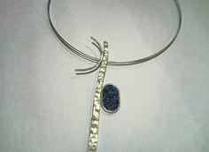 Colgante realizado a mano en plata y lapizlázuli en bruto con acero. Líneas sencillas, originales y elegantes. eltrebolde4@gmail.com
