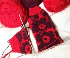 Unikko-kuosi neuleessa – Diyprojects_finnish Knit Mittens, Knitting Socks, Knitted Hats, Marimekko, Diy Crochet, Handicraft, Arm Warmers, Knitwear, Knitting Patterns