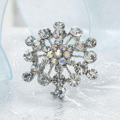 Vintage Snowflake Brooch pour fermer la dentelle qui entoure mon bouquet