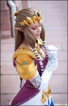 Character: Princess Zelda / From: Nintendo's 'Legend of Zelda: Twilight Princess' / Cosplayer: Unknown